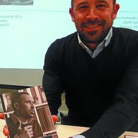 """Presentación del libro """" Crónicas en la frontera"""" por Denis Itxaso"""