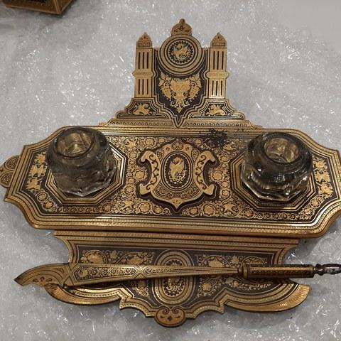 Hileko pieza: mahai gaineko eskribania damaskinatua