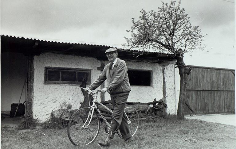 Miguel Delibes Setién junto a su bicicleta redu.jpg